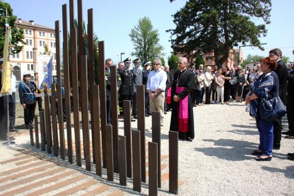 Inaugurata questa mattina la stele voluta dal Vescovo di Carpi in ricordo delle vittime del sisma